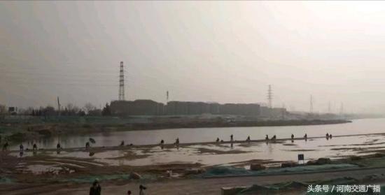 郑州市民贾鲁河边扎堆钓鱼 有人调侃:人比鱼多-1.jpg