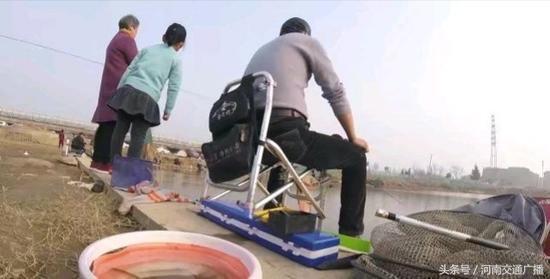 郑州市民贾鲁河边扎堆钓鱼 有人调侃:人比鱼多-4.jpg