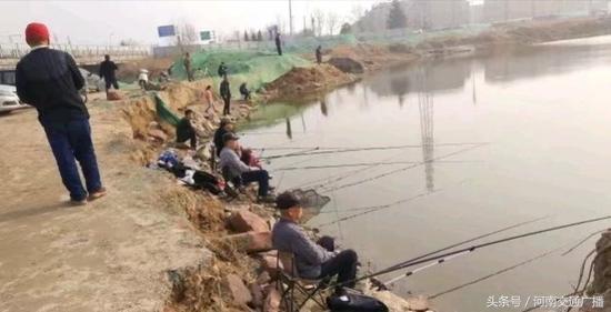郑州市民贾鲁河边扎堆钓鱼 有人调侃:人比鱼多-3.jpg
